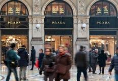 Prada kaufen in Mailand Lizenzfreies Stockfoto