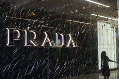 Prada logo på lagerfasaden på gallerian för Westfield dalmässa Arkivbild