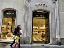 Prada-Modegeschäftsfenster von der Außenseite stockfotos