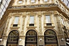 Prada robi zakupy przy Galleria Vittorio Emanuele II w Mediolan obraz stock