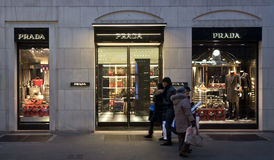 Prada shoppar i modeområde Arkivfoton