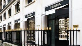 Prada shoppar lyxigt mode i Paris Frankrike Arkivfoto