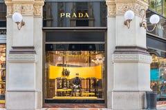 Prada shoppar på gallerit Vittorio Emanuele II Piazza Duomo i den Milan mitten, Italien Fotografering för Bildbyråer