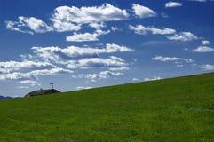Prado, cielo, nube y tejado fotografía de archivo