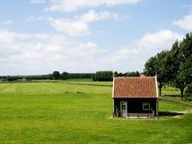 Prado com casa de campo Fotografia de Stock Royalty Free