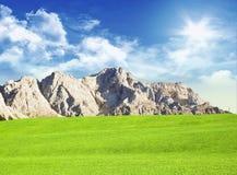 Prado com montanhas fotografia de stock