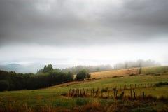 Prado com névoa sobre as montanhas em Galiza, Espanha imagens de stock royalty free