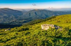 Prado com os pedregulhos em montanhas Carpathian no verão Fotos de Stock