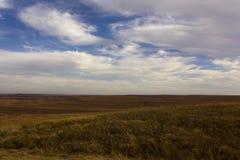 Prado con las grandes nubes Imagen de archivo libre de regalías