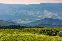 Prado con los cantos rodados en montañas cárpatas en verano Fotos de archivo