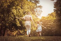 Prado corriente del canal de la madre y de la hija Madre e hija h imágenes de archivo libres de regalías