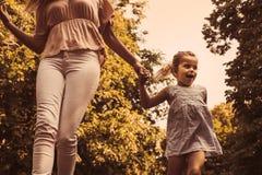 Prado corriente del canal de la madre y de la hija Madre e hija h fotografía de archivo