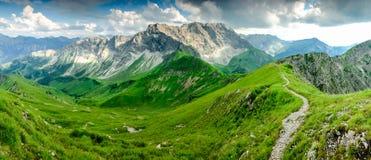 Prado de la hierba verde y cuestas de montañas frescos Verano o primavera Fotografía de archivo libre de regalías