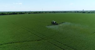prado de rociadura aéreo Pan Follow del tractor de granja del abejón 4K almacen de video