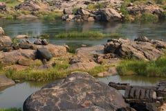Prado do rio de Tungabhadra da vila de Hampi Ajardine com água, palma, rocha, pedras Índia, Karnataka Imagens de Stock