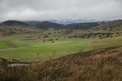 Prado e montanhas com névoa Fotografia de Stock