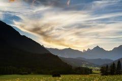 Prado e picos no por do sol fotos de stock