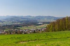 Prado en la montaña Heitersberg con la opinión a Jura Chain, cerca de Zur Foto de archivo libre de regalías