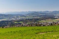 Prado en la montaña Heitersberg con la opinión a Jura Chain, cerca de Zur Imagenes de archivo