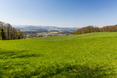 Prado en la montaña Heitersberg con la opinión a Jura Chain, cerca de Zur Fotos de archivo