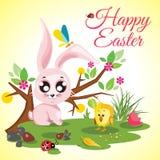 Prado feliz del fondo de Pascua con el pollo y conejo lindo, mariquita, mariposa y árbol Fotos de archivo