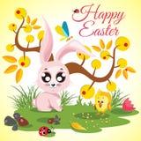 Prado feliz del fondo de Pascua con el pollo y el conejo lindos, mariquita, mariposa cerca de un árbol anaranjado Imagen de archivo
