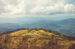 Prado grande con ruinas en las montañas Fotos de archivo libres de regalías