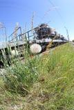 Prado por una pista ferroviaria Imagen de archivo libre de regalías