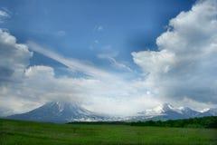 Prado verde antes de vulcan Imágenes de archivo libres de regalías