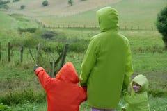 Prado verde con la capa colorida impermeable Imagen de archivo