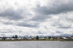 Prado verde da paisagem e lago azul Fotografia de Stock