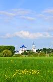 Prado y monasterio de Bogolyubsky en el pueblo de Bogolyubovo Fotografía de archivo libre de regalías