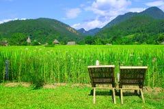 prado y montaña Tailandia de las sillas Fotos de archivo