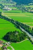 Prados alpinos verdes de las montañas, Austria Fotos de archivo