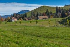 Prados e casas verdes da montanha acima da lucerna do lago, perto da montagem Rigi, Suíça Fotos de Stock Royalty Free