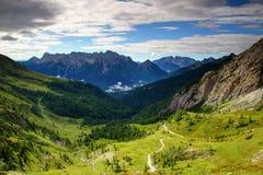 Prados e picos irregulares de cumes de Carnic e de Dolomiti Pesarine fotos de stock royalty free