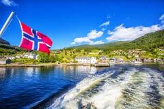 Prados e vila no Fiord de Hardanger Fotografia de Stock