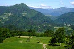 Prados herbosos en las colinas de Skofja Loka Imagenes de archivo