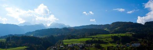 Prados verdes claros y cielo azul Imagenes de archivo
