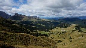 Prados verdes e cume/para o sul Tirol bonitos em Italia Imagem de Stock Royalty Free