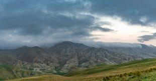 Prados verdes en las montañas Fotos de archivo libres de regalías