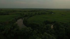 Prados verdes hermosos y opinión aérea del río almacen de video