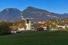 Prados verdes y pueblo típico de Suiza cerca de la ciudad de Interlaken, Suiza Imagen de archivo
