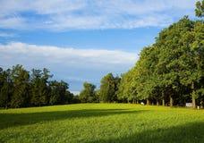 Prados y cielo azul Foto de archivo libre de regalías
