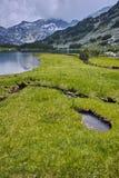 Prados y lago verdes asombrosos Muratovo, montaña de Pirin Imagen de archivo libre de regalías