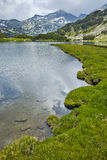 Prados y lago verdes Muratovo, montaña de Pirin Foto de archivo