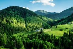 Prados y montañas verdes Imagen de archivo