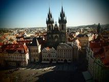 Prag altes Time Square, Stadtzentrum, Tschechische Republik Ansicht von der alten Zeit Hall Tower an Tyn-Kirche Historische Mitte stockbild