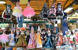 Prag-Andenken, traditionelle Marionetten gemacht vom Holz im Souvenirladen Prag ist die Haupt- und größte Stadt des Tschechen Stockbild