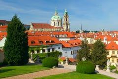 Prag. Ansicht der Kirche von Sankt Nikolaus Lizenzfreies Stockbild